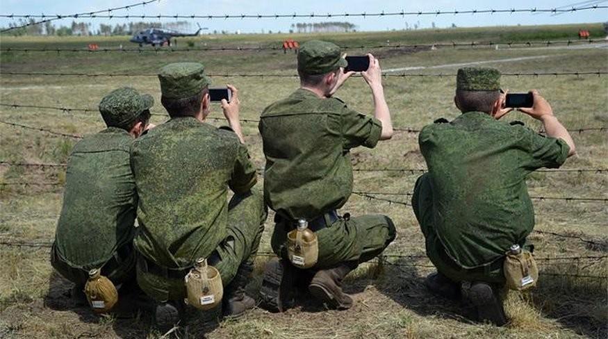 Военнослужащим запрещено пользоваться смартфоном на службе
